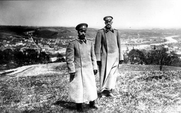 Император Николай Второй (слева) и Верховный Главнокомандующий Великий князь Николай Николаевич (справа) во время смотра укреплений крепости Перемышль, захваченной русскими войсками. 1915 год.