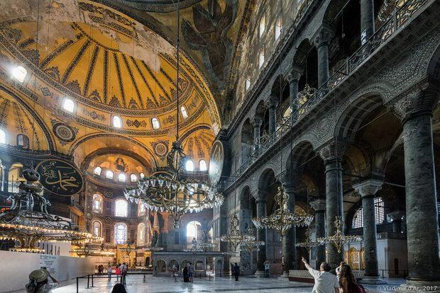 Я читала, что когда турки ворвались в 1453 году в святую Софию, то перебили всех верующих