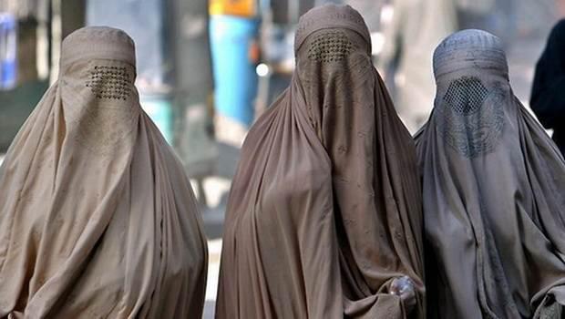 Парламент Нидерландов запретил скрывать лицо под паранджой в общественных местах