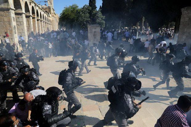 По данным издания, полицейские были вынуждены вмешаться после того, как мусульмане вступили в конфликт с иудеями у входа на территорию святыни. Для того, чтобы рассеять толпу, они применили светошумовые гранаты.