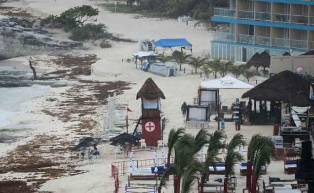 """Губернатор Флориды Рик Скотт ввел режим чрезвычайного положения на всей территории штата в связи с надвигающимся субтропическим штормом """"Альберто""""."""