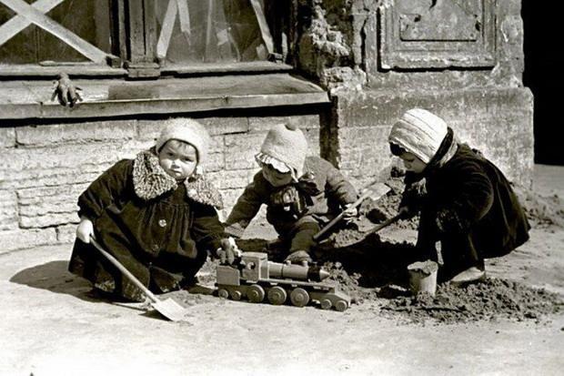 Дети играют на одной из улиц г. Ленинграда. 1942 г