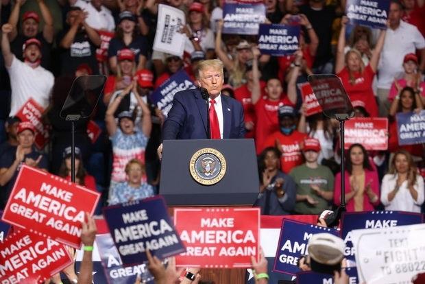 Президент Трамп в свою очередь неоднократно жаловался на то, что запрет на массовые собрания уменьшает его шансы на переизбрание, заявляя, что его сторонники горят желанием встретиться с ним.