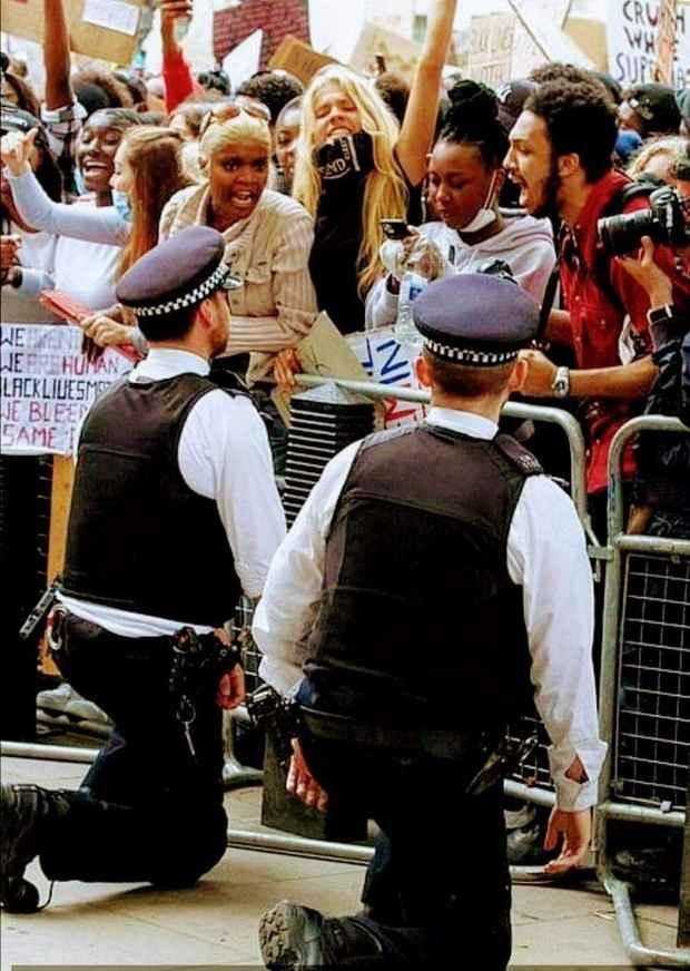 britaniya_protest_policiya_na_koleniyah