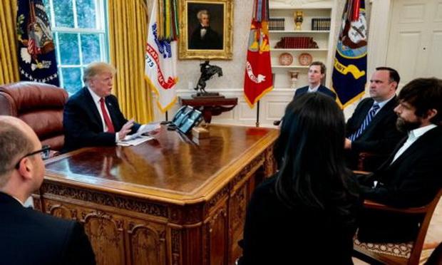 Ожидается, что в четверг президент Трамп подпишет президентский указ, который может позволить федеральным регуляторам наказывать ИТ-компании за то, как те контролируют контент.