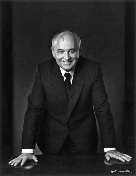 Горбачев при этом делал вид, что ничего особенного не происходит.