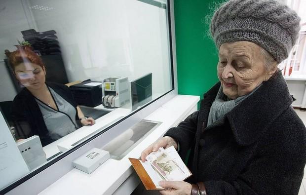 """Согласно действующей редакции закона """"О страховых пенсиях"""" лицам, достигшим возраста 80 лет, устанавливается повышение в размере 100% фиксированной выплаты к страховой пенсии по старости."""
