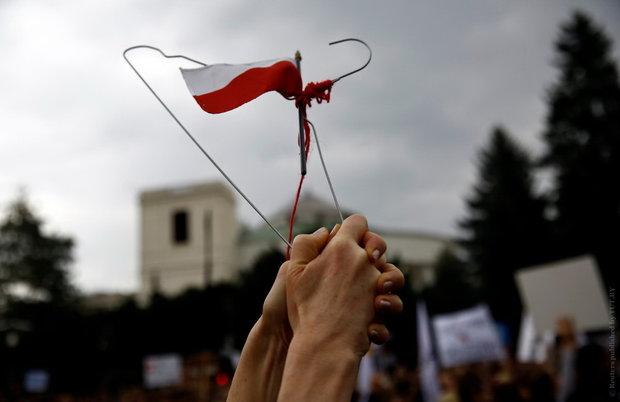 Тысячи поляков протестуют против полного запрета абортов