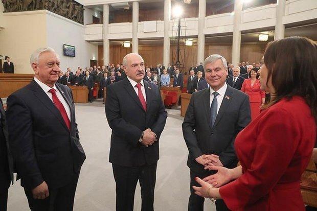 Таким образом депутат предлагает восполнить пробел в беларусском законодательстве касаемо «вопросов сменяемости и преемственности власти».