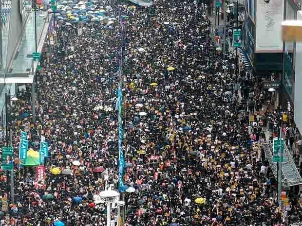 В Гонконге на новую антиправительственную акция в центре города вышли сотни тысяч