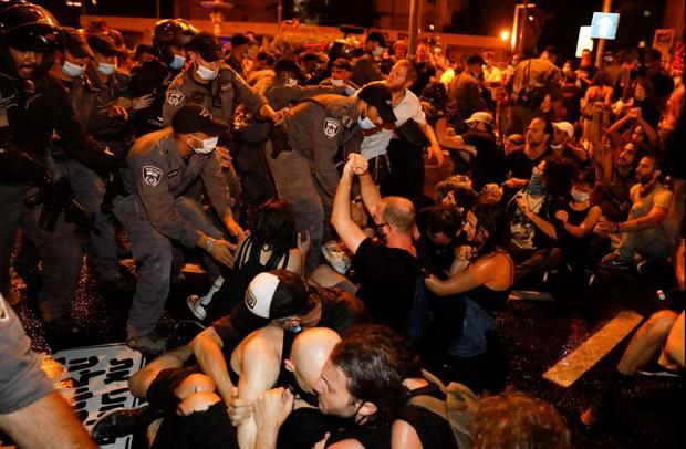 Ряд митингующих обвиняет власти в слишком поспешном снятии ограничений и плохой подготовке к возможной второй волне эпидемии Covid-19.
