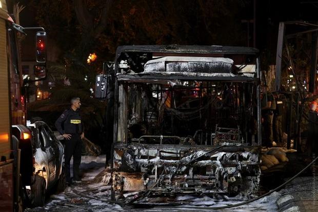 Сгоревший в результате ракетной атаки автобус