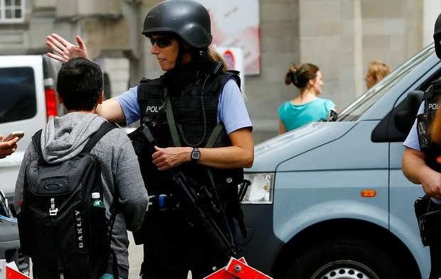 Вечером в воскресенье, 22 октября, 17-летний подросток набросился с топором на людей в небольшой швейцарской коммуне Флумс