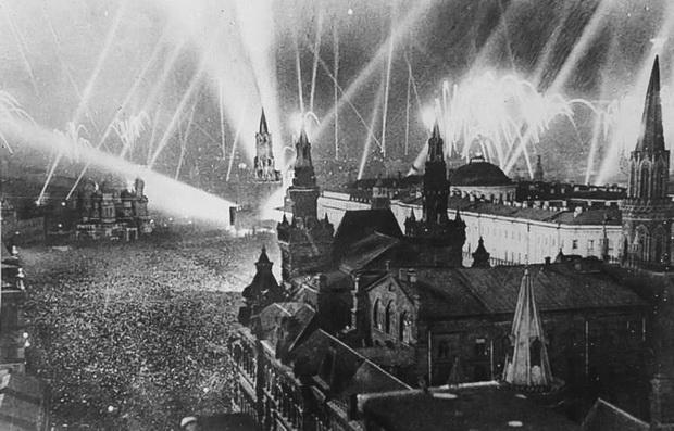 Салют в честь Победы 9 мая 1945 года. Михаил Озерский/Sputnik