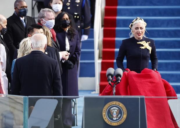 Открыла торжественную церемонию Леди Гага, которая исполнила гимн Соединенных Штатов.