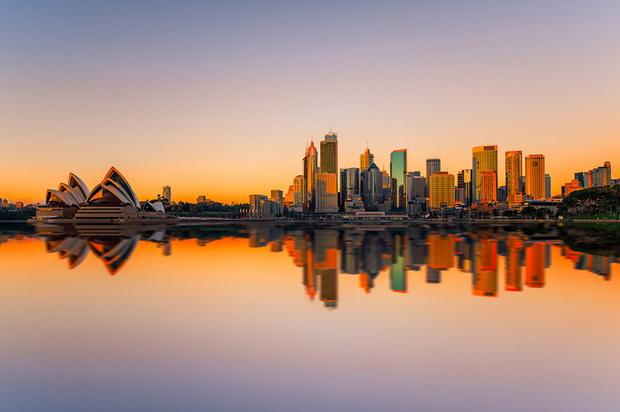 Крупнейший город Зеленого континента на закате