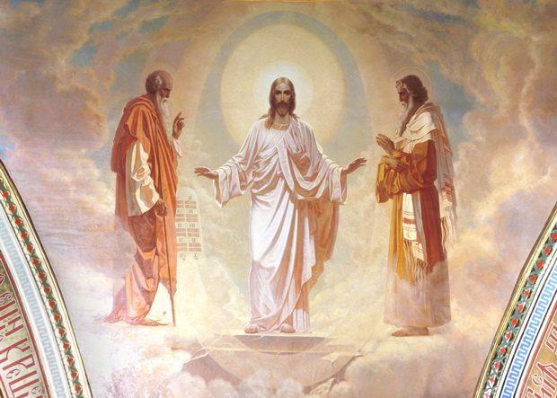Господь преобразился на горе Фавор. И лицо Его блистало, как солнце. А одежды Его были белые, как снег.