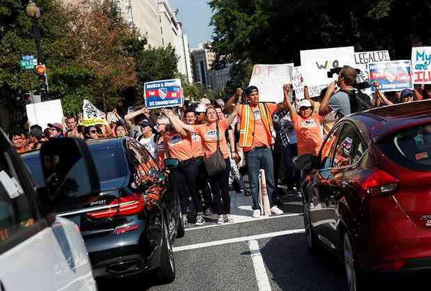 Власти 15 штатов США подали судебный иск против отмены программы, защищавшей от депортации нелегальных мигрантов, въехавших в Соединенные Штаты в детском возрасте.