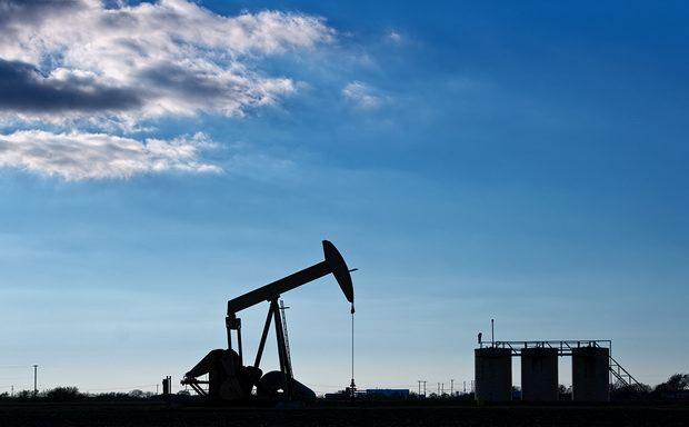Власти страны запретили экспортерам нефти вести расчеты в долларах США, узнала WSJ.