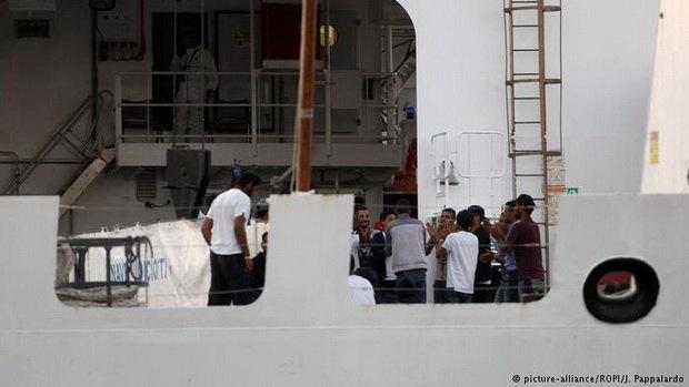 Италия грозит вернуть 180 спасенных беженцев в Ливию