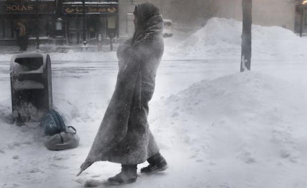 """Администрация США будет использовать все доступные ресурсы, чтобы помочь людям пережить """"этот исторический циклон"""" - обрушившийся на Северную Америку полярный вихрь."""