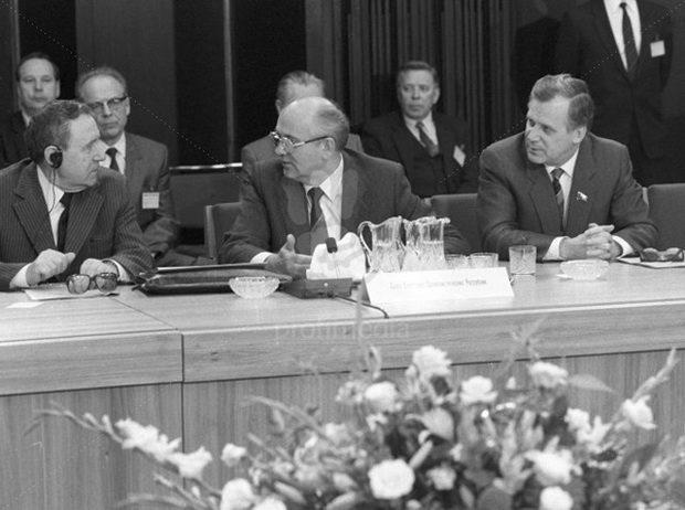 Следующий «звонок» для Горбачева прозвучал на апрельском 1991 г. Пленуме ЦК КПСС, на котором я, как член ЦК КПСС, присутствовал.