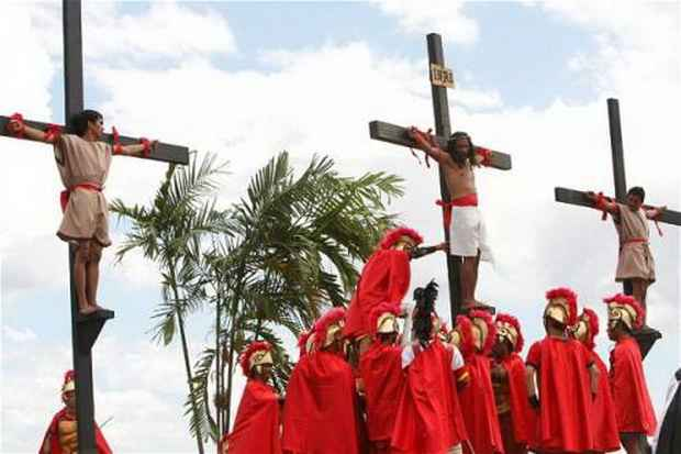 Римо-католики на Филиппинах в Страстную пятницу прибивают себя к деревянным крестам