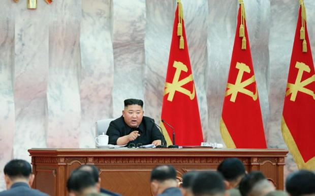 Агентство сопроводило статью фотографией вождя, где он сидит в президиуме на фоне флагов ТПК.