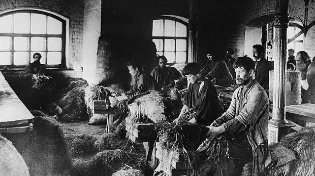 Изготовление пеньковых канатов, которые не боялись морской воды, стало одним из основных занятий обитателей Дома трудолюбия