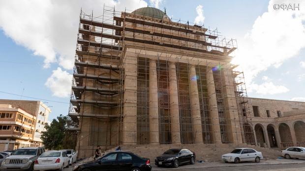 Внешние стены собора проходят постепенную реставрацию