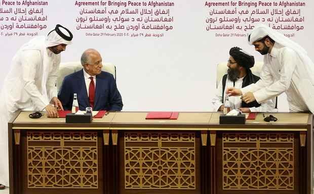 Спецпредставитель США по Афганистану Залмай Халилзад и заместитель лидера движения «Талибан» Абдулла Гани Барадар подписали мирное соглашение.
