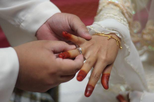 """Верховный суд Индии постановил отменить практику так называемого """"мгновенного развода"""" мусульман, назвав ее противоречащей конституции."""