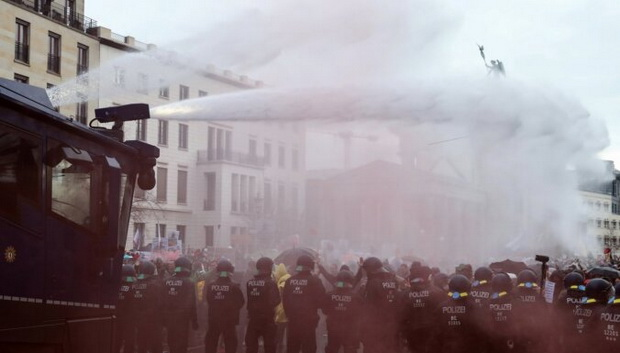 Правоохранители призывали протестующих разойтись из-за несоблюдения гигиенических правил