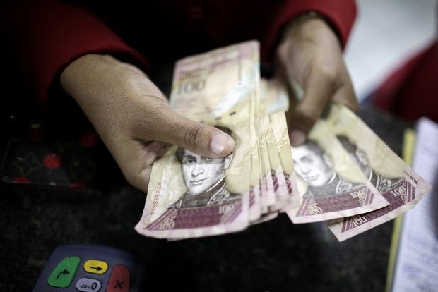 Венесуэла девальвировала боливар на 96%