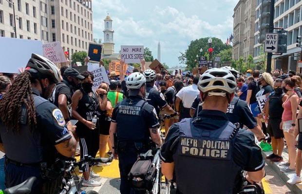 Тысячи протестующих были настроены мирно, а происходящее напоминало скорее фестиваль, нежели протест: отовсюду играла музыка, собравшиеся пели, танцевали, активно общались друг с другом, заводя новые знакомства.