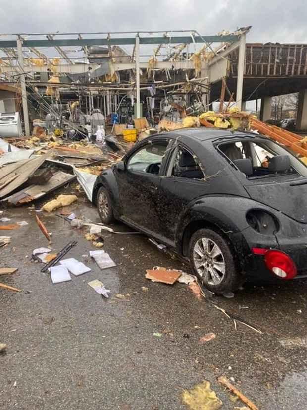 Значительный урон нанесен нескольким постройкам, перевернуты автомобили.
