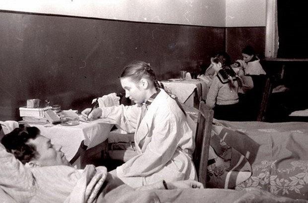 Учащиеся школы № 6 г.Калинина пишут письма домой под диктовку раненых бойцов, находящихся на излечении в госпитале. 1943 г.Калинин