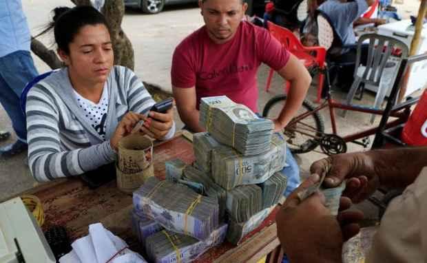 Венесуэла повысила минимальную зарплату до двух с половиной долларов
