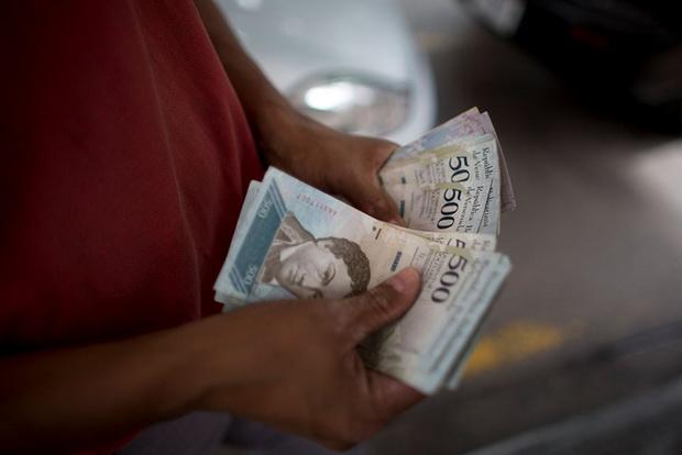 Мадуро формально не объявлял о девальвации: он сообщил, что правительство проводит деноминацию (у местных денег уберут пять нулей).