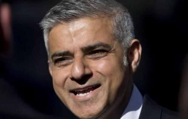 Мэр Лондона Садик Хан (по происхождению пакистанец) радостно приветствовал погромщиков, полицейское руководство распорядилось, чтобы блюстители порядка вставали по приказу толпы на колено, преклоняя голову.