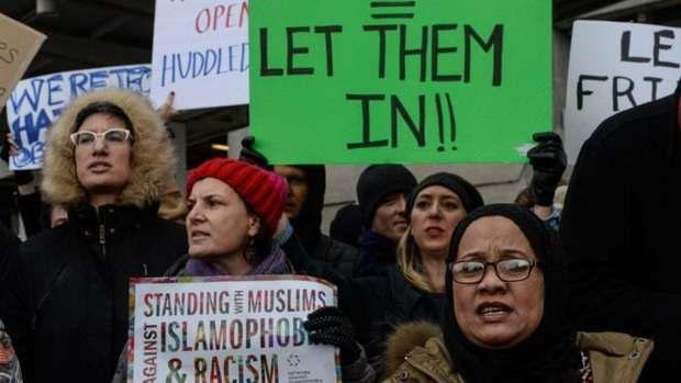 В аэропорту Нью-Йорка начались протесты против задержания беженцев