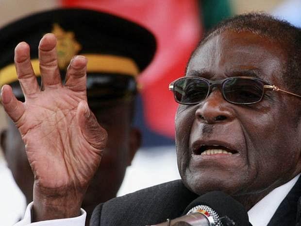 Президент Зимбабве Роберт Мугабе проводит переговоры с представителями высокопоставленных военных и эмиcсаров из ЮАР, которые уговаривают его уйти в отставку.