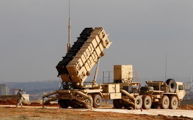 По данным CNN, американская разведка отслеживает перемещения в Иране военной техники, в том числе беспилотников и баллистических ракет.