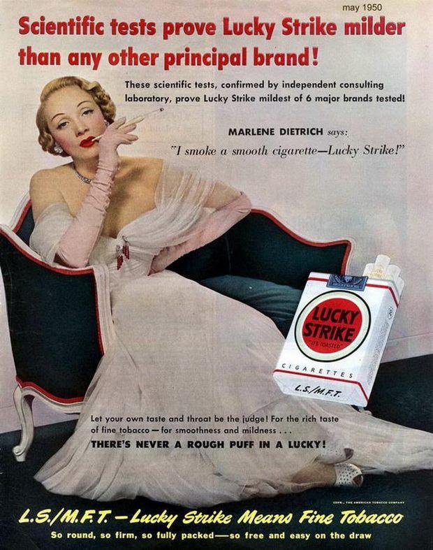 Актриса Марлен Дитрих курит сигареты Lucky Strike
