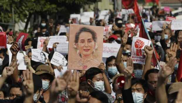 В Мьянме по демонстрантам открыли огонь