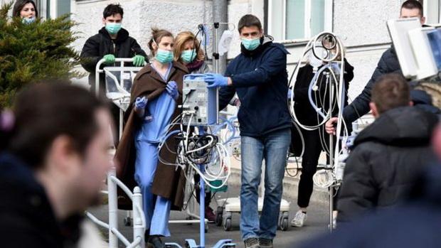 Многие жители вынуждены оставаться на улице, несмотря на недавние рекомендации властей не выходить из дома из-за коронавируса.