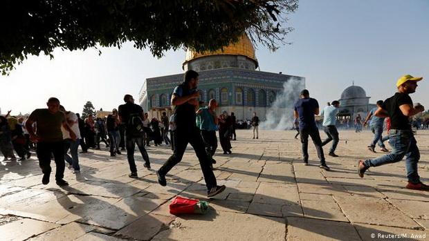Серьезные столкновения начались в пятницу, 7 мая, на Храмовой горе, где находятся святыни ислама — Купол Скалы и мечеть Аль-Акса.