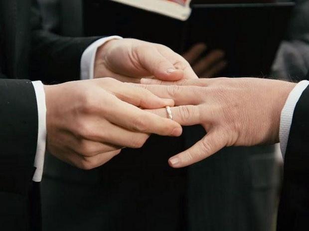 """""""Парламент сказал """"ДА"""" бракам для всех во время финального голосования! Это историческая победа для сообщества ЛГБТ"""", - написало в Twitter швейцарское подразделение Amnesty international."""