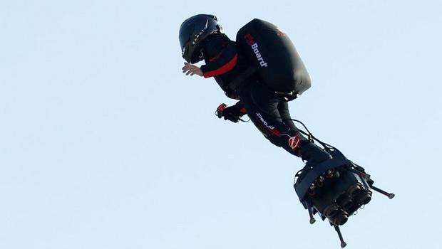 Французский спортсмен пересек Ла-Манш на реактивной платформе