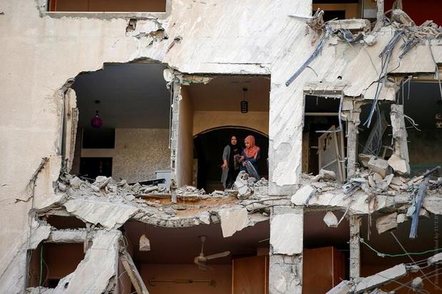 Палестинки осматривают здание в Газе